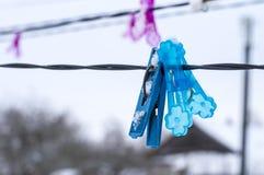Linkes Hängen der Wäscheklammern im kalten Winter Stockfoto