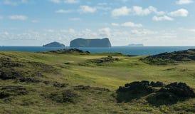 Linkgolfloch mit Meerblick und Vulkaninseln Stockfotos