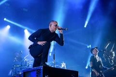 Linkin Park muzyczny zespół wykonuje w koncercie przy ściąganie ciężkiego metalu festiwalem muzyki obraz royalty free