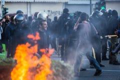 Linkse en anarchistengroepen die naar de afschaffing van nieuwe die zwaar bewaakte gevangenissen streven, met relpolitie is gebot Stock Foto