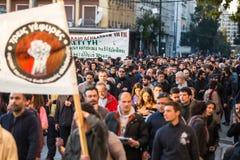 Linkse en anarchistengroepen die naar de afschaffing van nieuwe die zwaar bewaakte gevangenissen streven, met relpolitie is gebot Royalty-vrije Stock Fotografie