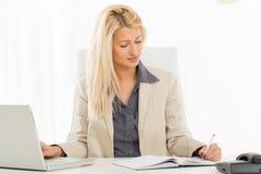 Linkshändige Geschäftsfrau Lizenzfreie Stockfotografie