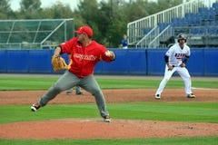 Linkshändiger spanischer Pitcher, der eine Aufnahme spielt lizenzfreie stockfotografie