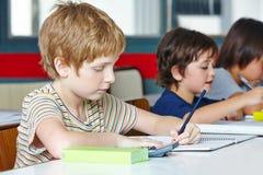 Linkshandige jongen in basisschool Stock Afbeelding