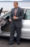 Linkshändiger ethnischer Geschäftsmann, der PDA verwendet Lizenzfreie Stockbilder