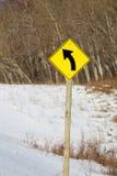 Linkskurve-voran Zeichen entlang einer Landstraße Stockbild