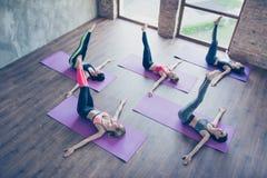 Linksrechts! Topview der spinalen Torsion, fünf junge sportliche Frauen sind lizenzfreie stockbilder
