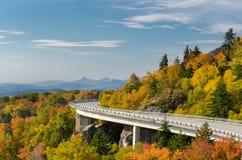 Linn小海湾高架桥在秋天 库存图片