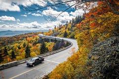 Linn Cove Viaduct bär den blåa Ridge Parkway runt om diskvattnet royaltyfri foto