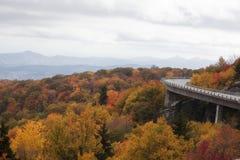 Linn Cove Viaduct Blue Ridge-Brede rijweg met mooi aangelegd landschap stock afbeelding