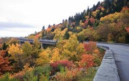 Linn Cove Viaduct in Carolina Autumn del nord fotografie stock