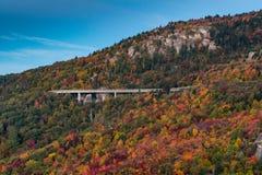 Linn Cove Viaduct In Fall van Ruwe Rand stock afbeelding