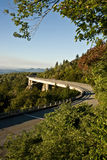 Linn Cove Viaduct, route express bleue de tour Photographie stock