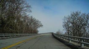 Linn Cove Viaduct su Ridge Parkway blu immagini stock libere da diritti