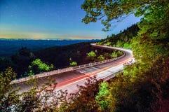 Linn liten vikviadukt i berg för blå kant på natten Arkivbilder