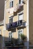 Linne som ska torkas på balkongen Royaltyfri Bild