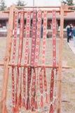 Linnebälte med prydnader som hänger i rad Royaltyfria Foton