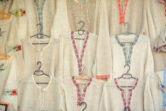 Linnenoverhemden met etnisch borduurwerk stock foto's