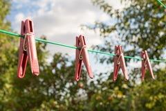 Linnenwasknijpers op kabels tegen de blauwe hemel stock foto's
