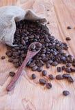 Linnepåse med kaffebönor, en sked och orientaliskt Arkivbilder