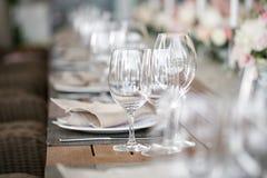 Linnetextil Dekorerad tabell, en platta av den trevligt ordnade servetten, gaffel och kniv Arkivfoto