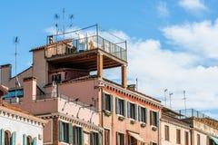 Linneuttorkning på terrassen Royaltyfri Bild