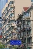 Linos que se secan en las ventanas en Shangai adentro de rápido crecimiento foto de archivo libre de regalías
