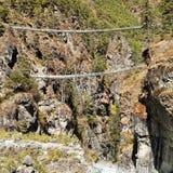 Linowi wiszący zawieszenie mosty w Nepal himalajach obrazy stock