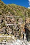 Linowi wisz?cy zawieszenie mosty w Nepal himalajach zdjęcia stock