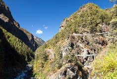 Linowi wisz?cy zawieszenie mosty w Nepal himalajach zdjęcie stock