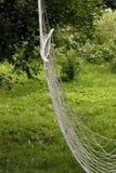 Linowy hamak pod drzewem w ogródzie Obraz Royalty Free