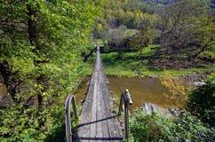 Linowy most łączy domy w wiosce obrazy stock