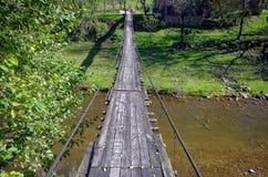 Linowy most łączy domy w wiosce obraz royalty free