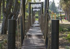 Linowy most w parku zdjęcia stock