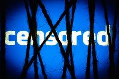 Linowy niewolnictwo na rozjarzonym błękitnym ekranie z białym tekstem CENZURUJĄCYM Pojęcie cenzura zdjęcia royalty free