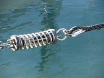 Linowy temblak z zbawczą kotwicową szaklą używać w dużej żagiel łodzi zdjęcia royalty free