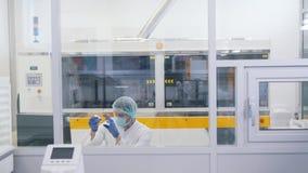 Lins för manrengöringexponeringsglas i laboratorium lager videofilmer