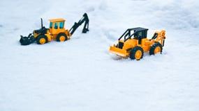 Lins för två gaffel som tack vare klibbas i snön för väg fotografering för bildbyråer