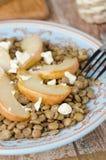 Linsallad med caramelized pears, ädelost Arkivbild