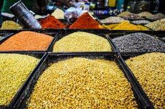 Linse, Gewürze, Bohnen, Körner in einem Speicher in Indien stockbilder