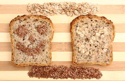 Linseed i oatmeal na tnącej desce i plasterkach wholemeal chleb Obraz Royalty Free