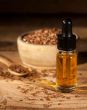 Linseed olej, łyżka i puchar linseeds na drewnianym tle, Fotografia Royalty Free