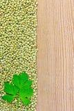 Linsen grünen an Bord auf dem links mit Petersilie Stockfotos