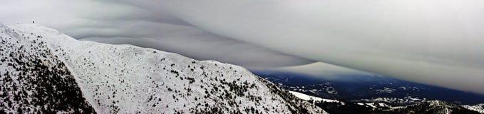 Linsformat moln ovanför berget Arkivbilder