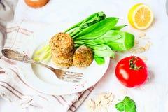 Linskotletter med paprika och havregröt, gräsplaner, tomat, strikt vegetarian arkivbild
