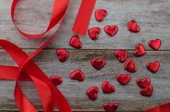 Linten als harten op wit, het concept dat van de valentijnskaartendag worden gevormd royalty-vrije stock fotografie