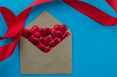 Linten als harten op wit, het concept dat van de valentijnskaartendag worden gevormd royalty-vrije stock foto's