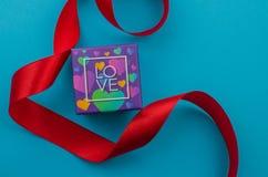 Linten als harten op wit, het concept dat van de valentijnskaartendag worden gevormd stock fotografie