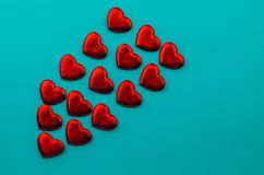 Linten als harten op wit, het concept dat van de valentijnskaartendag worden gevormd stock afbeeldingen