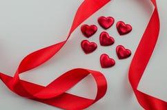 Linten als harten op wit, het concept dat van de valentijnskaartendag worden gevormd stock foto